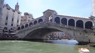 the famous Rialto Bridge joining the 2 halves of central Venice